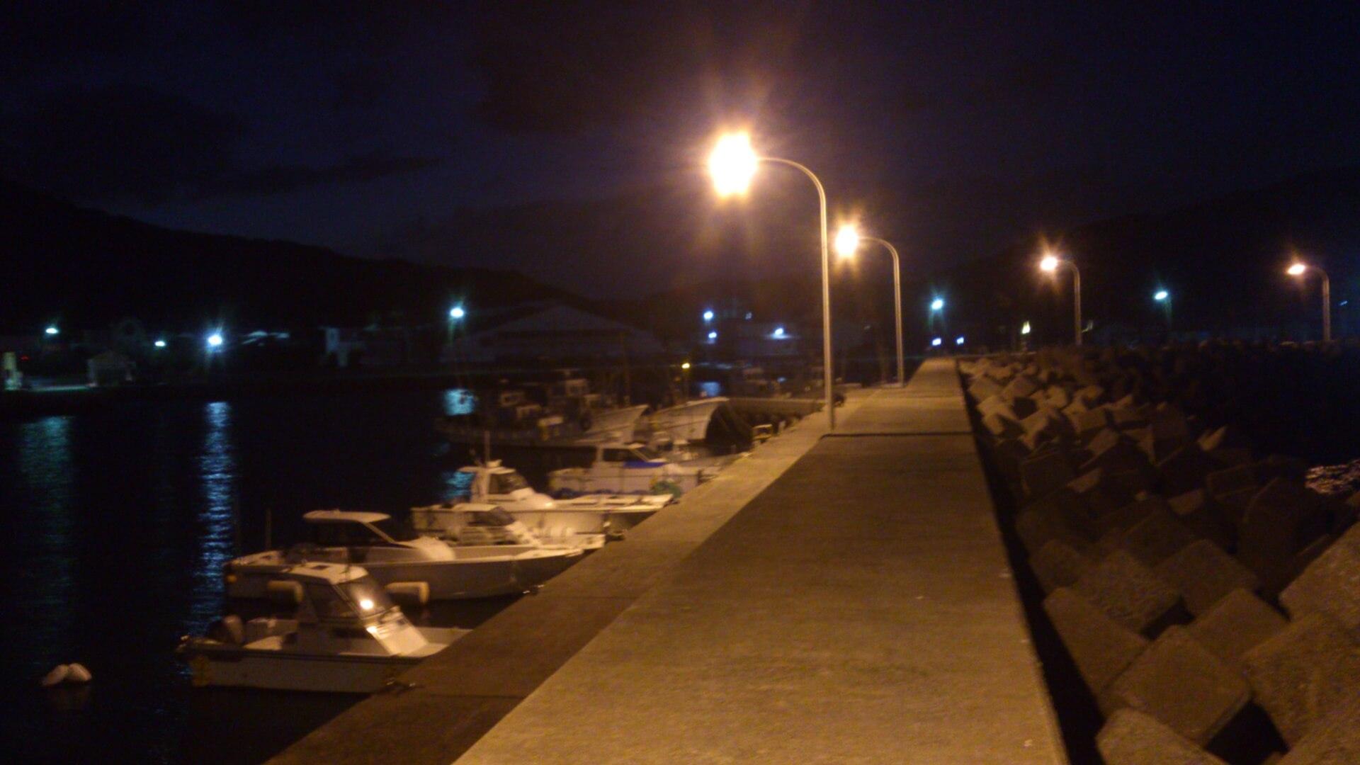 夜の防波堤