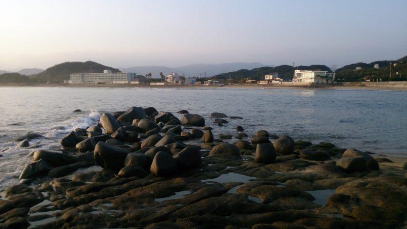 白山神社前のゴロタ