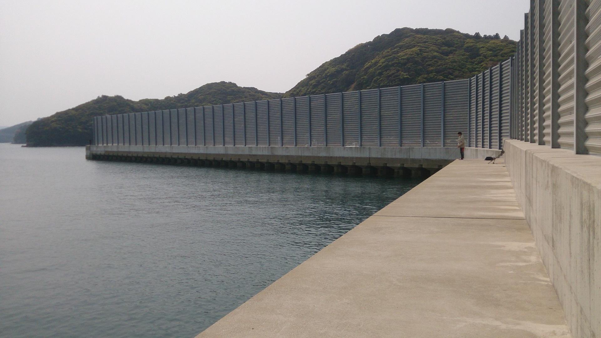 日比漁港フェンス裏