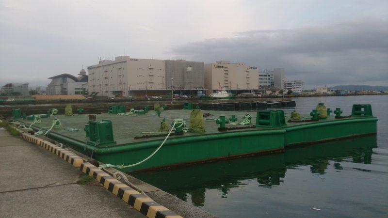台船と川沿い堤防