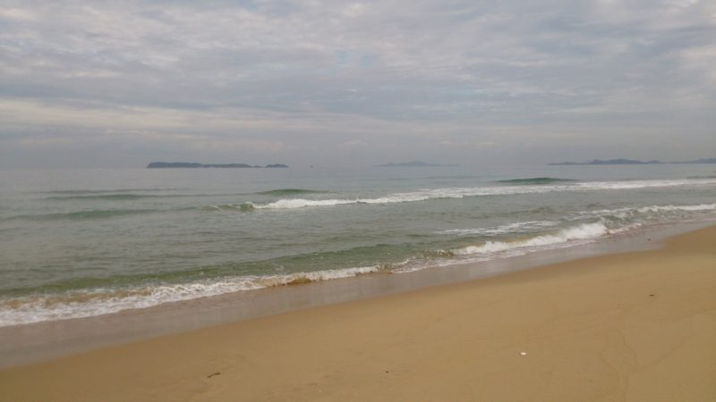 干潮へ向かう海岸